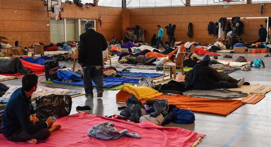 Fransk politi gik torsdag morgen i gang med at fjerne omkring 500 migranter, der havde slået lejr ved havnebyen Dunkerque i det nordligste Frankrig.
