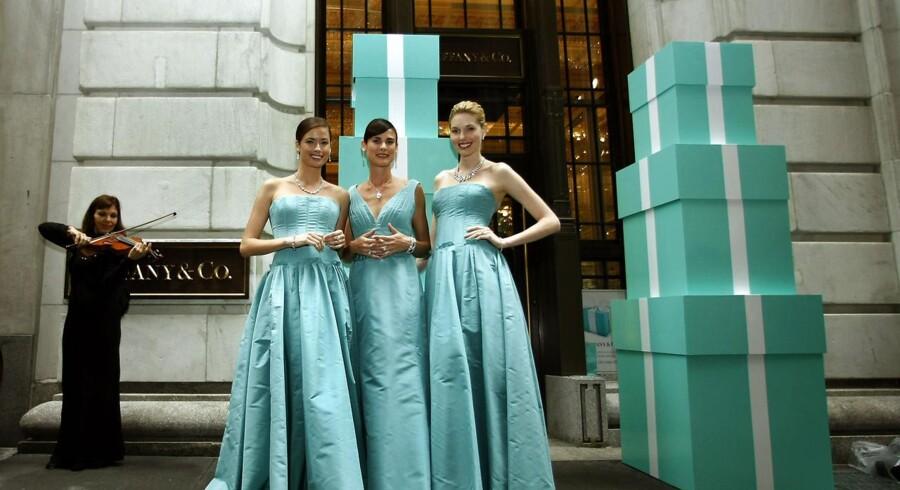 Når en ny Tiffany butik bliver åbnet, bliver der gjort meget ud af det. Her ses modeller klædt i Tiffany-blå udenfor indgangen til butikken, der åbnede på Wall Street i 2007.