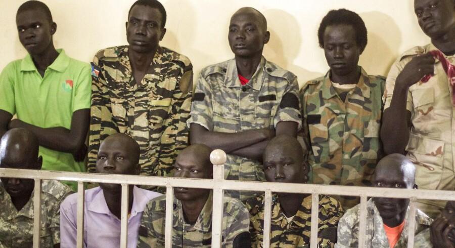 Ti soldater er kendt skyldige i drab på en journalist og voldtægt af hjælpearbejdere på et hotel i Sydsudan.