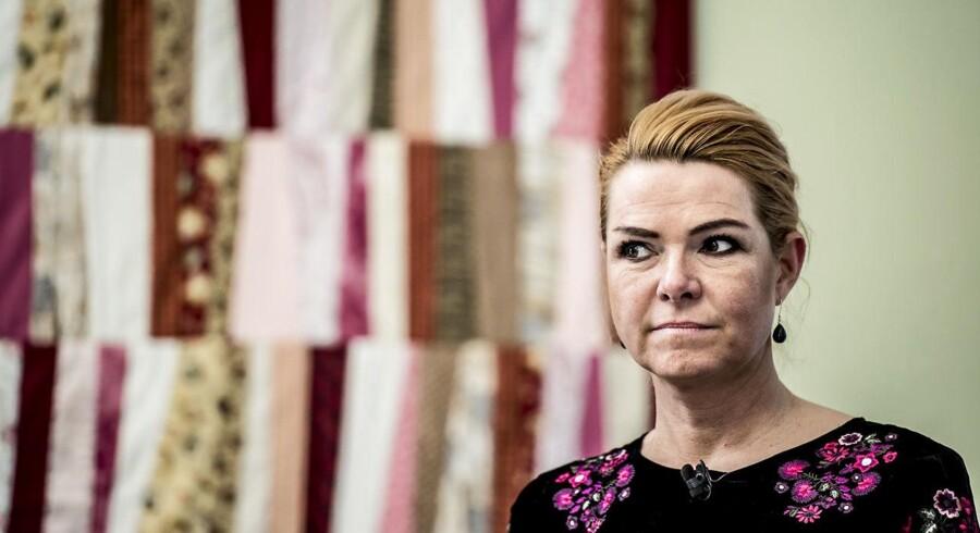 Udlændinge skal fremover give hånd under en særlig ceremoni for at få dansk statsborgerskab, mener regeringen med udlændinge- og integrationsminister Inger Støjberg (V) som afsender. Det skaber frustration i Venstres folketingsgruppe.
