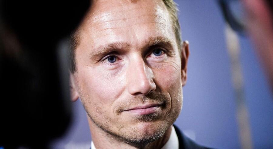Finansminister Kristian Jensen har selv deltaget i uddelingen: 250.000 kroner til Rødding Højskole. Han ønsker dog ikke at stille op til interview om, hvorfor særprojekterne ikke åbent fremgår af forslaget til finansloven for 2019.
