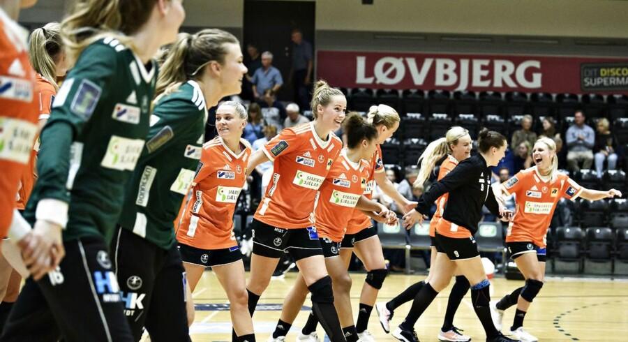 Jubel hos Odense HC efter sejren. HTH Liga-kampen i IBF Arena i Ikast mellem Herning-Ikast og Odense Håndbold, onsdag den 5. september 2018. Det blev et tæt opgør mellem de to hold. Odense vandt med to mål, 16-18.. (Foto: ANITA GRAVERSEN/Ritzau Scanpix)