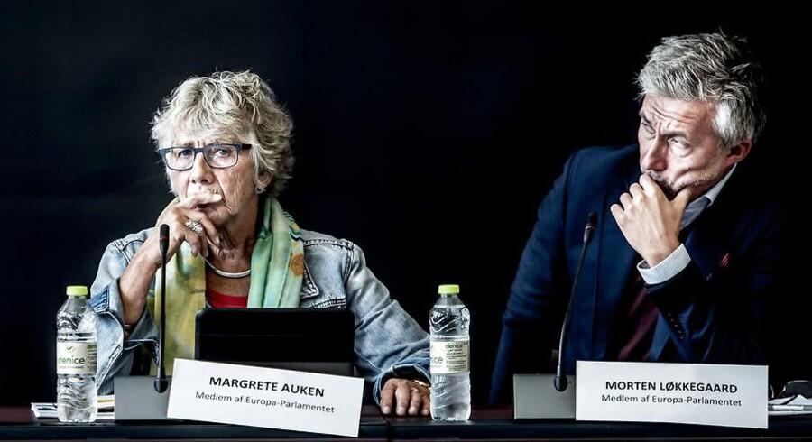 Margrethe Auken (SF) i midten vil ikke af med sommertiden. Det vil Morten Løkkegaard (V) til højre, som kalder det for en rigtig folkesag. EU-kommissionen vil afskaffe den, efter at en undersøgelse med 4,6 mio. deltagende EU-borgere viser, at 80 pct. vil af med den.