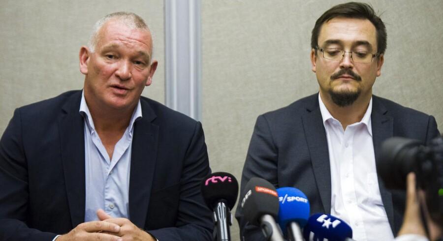 John »Faxe« Jensen (t.v), der er træner for det midliertidige landshold, og DBUs Kim Hallberg under et pressemøde i Slovakiet inden venskabskampen mellem de to lande.