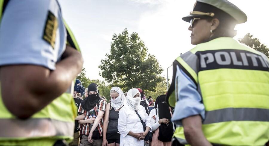 Der har været stor debat om, hvordan politiet skal håndtere tildækningsforbuddet, siden forbuddet trådte i kraft 1. august.