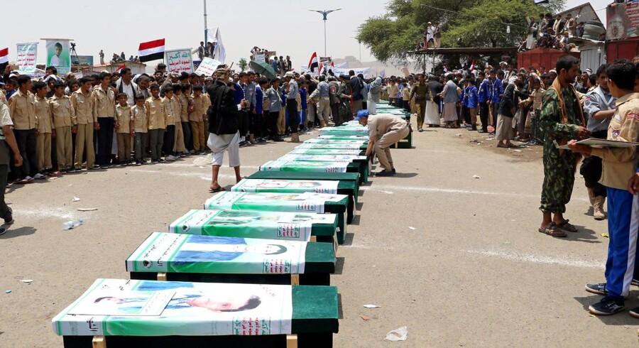Begravelse for nogle af de børn, som blev dræbt under et saudisk angreb på en skolebus i Yemen. Det får nu Spanien til at droppe våbensalg.