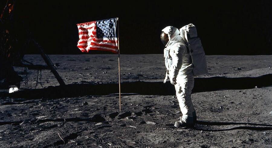 Buzz Aldrin i 1969 ved det amerikanske flag på Månen.