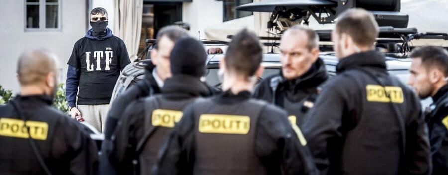 (ARKIV) Betjente og et medlem af Loyal To Familia (LFT) foran Københavns Byret, mandag den 9. oktober 2017.