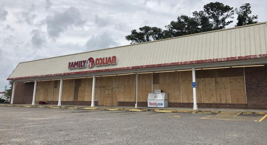 Restauranter, hoteller og butikker som denne Family Dollar har banket træplader op foran vinduerne i Myrtle Beach, South Carolina, hvor orkanen Florence forventes at gå i land fredag morgen dansk tid.
