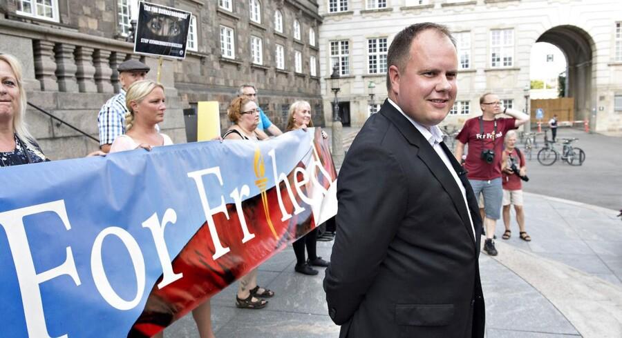 Demonstration fra Israels Plads. Dansk Folkepartis Martin Henriksen mødte onsdag op til en demonstration ved Christiansborg og modtog en tak, fordi han har været med til at indføre burkaforbuddet, der træder i kraft i dag. Bag demonstrationen står organisationen For Frihed.