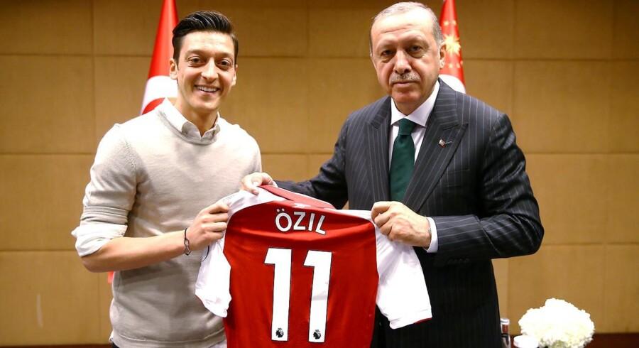 Tidligere landsholdspiller Mesut Özils billede med Tyrkiets præsident Erdogan har været det mest omdiskuterede billede i Tyskland i 2018. Nu viser det sig, at der har været store spændinger på landsholdet under VM i Rusland.