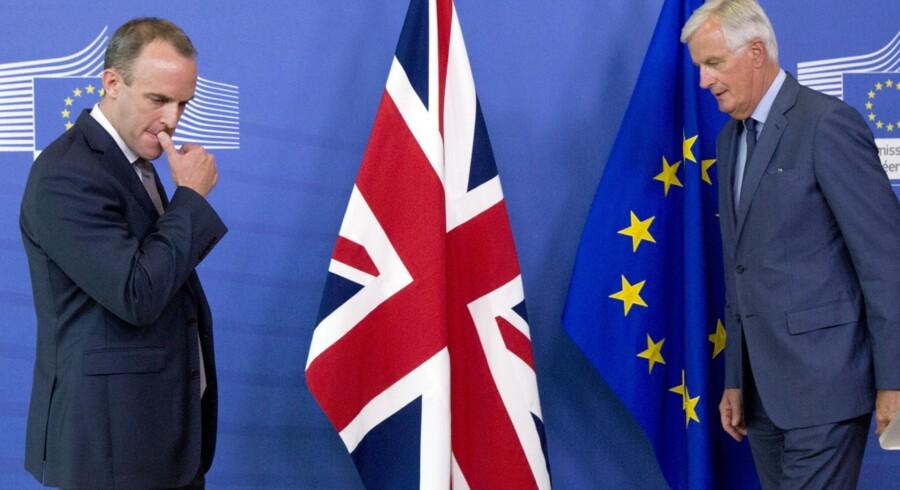Brexitminister for Storbritannien Dominic Raab (tv.) og EU's brexitforhandler, Michel Barnier (th.), er endnu ikke nået frem til en aftale om briternes exit fra EU. Ifølge Dansk Industri bør danske virksomheder have en plan B klar, i tilfælde af at parterne ikke når til enighed om en aftale, før briterne officielt forlader EU 29. marts 2019. Virginia Mayo/Ritzau Scanpix