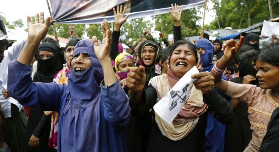En gruppe Rohingya-kvinder demonstrerede tidligere på måneden i Bangladesh for at markere udvisningen fra Myanmar. Nu har FN også foretaget en udredning af forløbet - anbefalingen lyder at føre sagen ved Den International Strafferet.