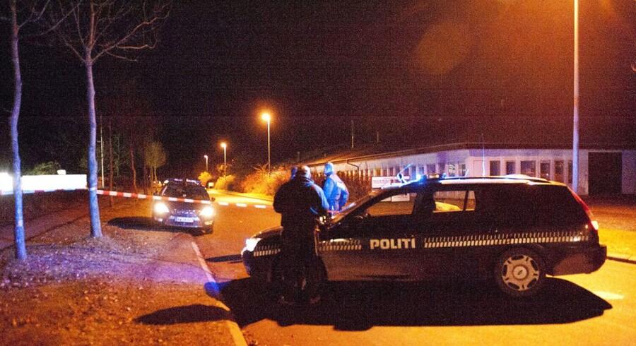 Fremover er der kun én patruljebil pr. vagt på Helsingør Politigård. Arkivfotoet viser politiet rykke ud efter skyderi ved Bandidos' klubhus ved Kvistgård i november 2010.