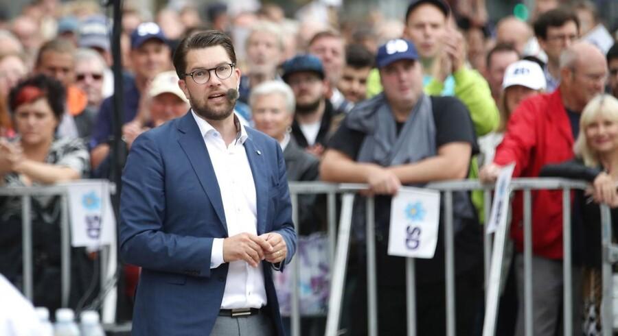 Sverigesdemokraternas leder, Jimmie Åkesson, på valgturné. Her fra Göteborg, hvor tilhængere såvel som modstandere stod klar med bannere og slagord.