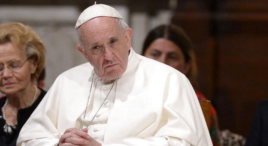 Pave Frans er kommet i stormvejr. Det sker efter, at den katolske kirkes overhoved nu anklages for at have kendt til den omfattende misbrugssag, der for nyligt blev afsløret, siden 2013. Beskyldningerne kommer ikke fra hvem som helst.