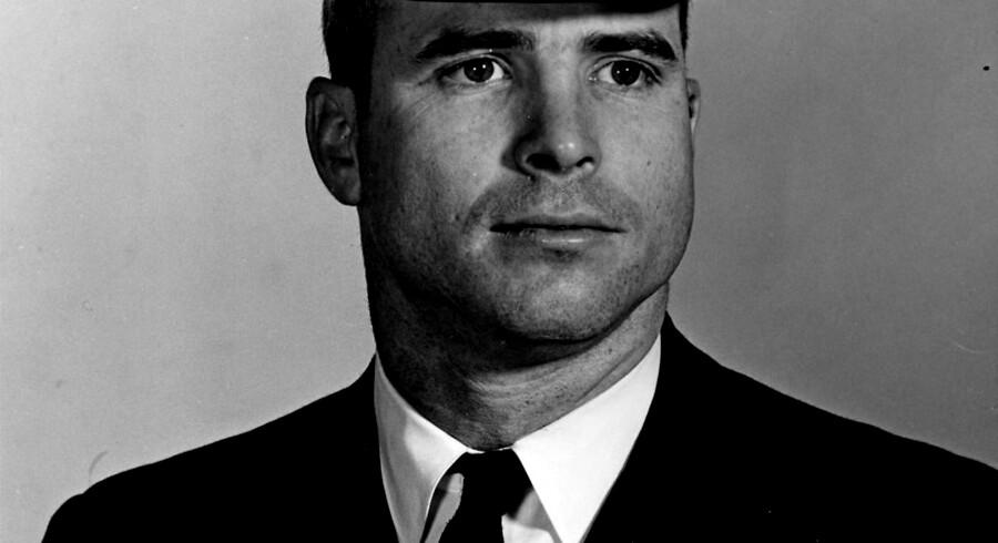 Et billede fra John McCains tid som løjtnant i det amerikanske forsvar.