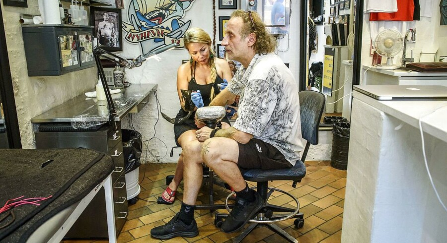 Majbritt Petersen, kaldet Lille Ole, er den nuværende indehaver af Tattoo Ole. Butikken trues af lukning, fordi ejeren af Brasserie Nyhavn 17 skal bruge pladsen til nyt køkken i sin restaurant.