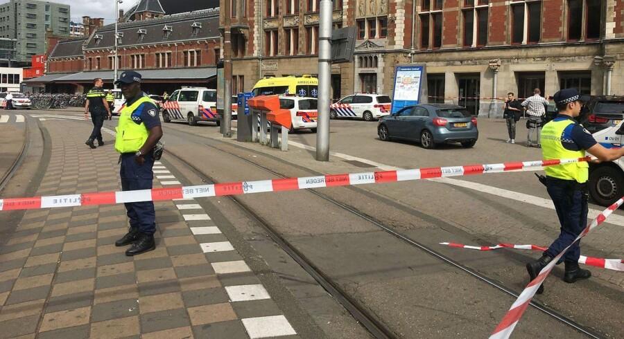 »En mistænkt er blevet skud tog såret ved et knivoverfald i Amsterdam,« oplyser det hollandske politi.
