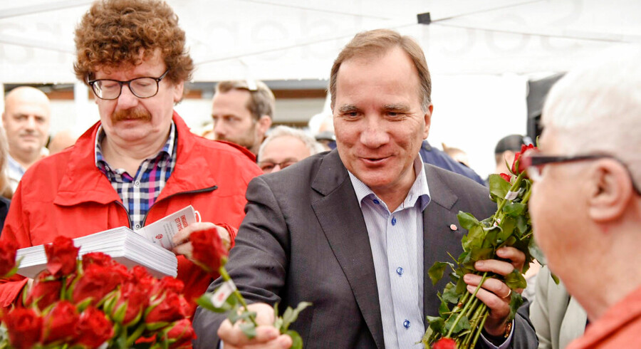 Sveriges statsminister, socialdemokraten Stefan Lofven, deler røde roser ud 31. august. Riksdagsvalget er 9. september.