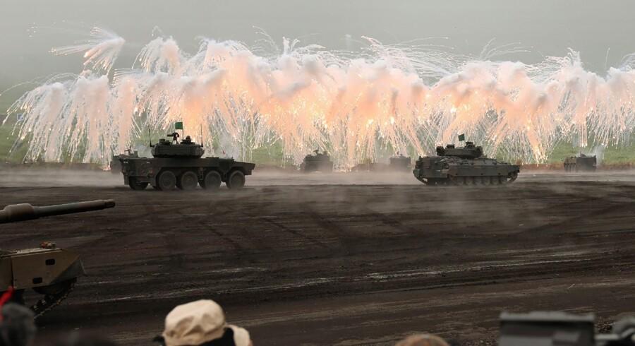 Japanske styrker i en militærmanøvre ved foden af Mount Fuji tidligere i år. Japans militær planlægger en omfattende oprustning af landets raketforsvar på baggrund af Nordkoreas atomprogram. Jiji Press/Ritzau Scanpix