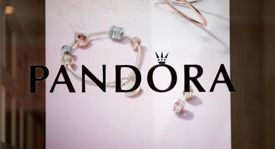Den amerikanske smykkeforhandler Signet Jewelers, der bl.a. forhandler Pandora-smykker, kom torsdag med opløftende regnskab - og det har smittet af på Pandora-aktien. REUTERS/Benoit Tessier