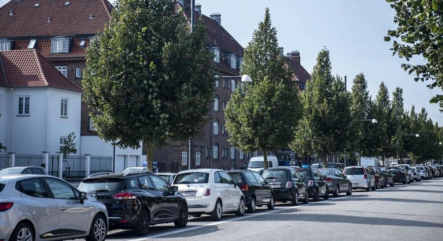 Parkering på brede kantlinjer nåede ikke at være ulovligt i et år. Lørdag er reglen afskaffet.