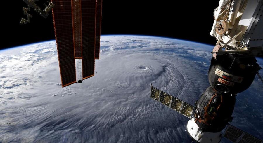Udsigten fra ISS. Det hvide dernede er orkanen »Lane« nær Hawaii. Billedet er fra sidste uge.