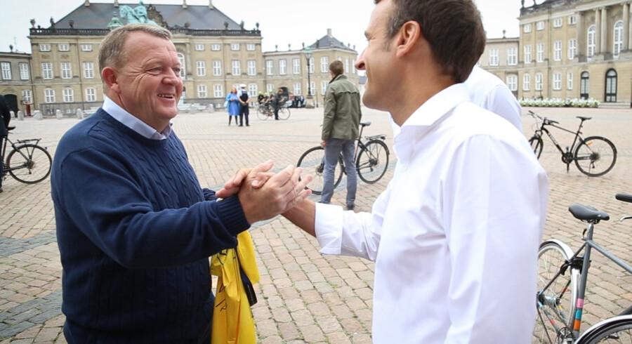 Statsminister Lars Løkke Rasmussen (V) modtager en gul cykeltrøje af Frankrigs præsident Emmanuel Macron. Statsministeriet/Handout/Ritzau Scanpix