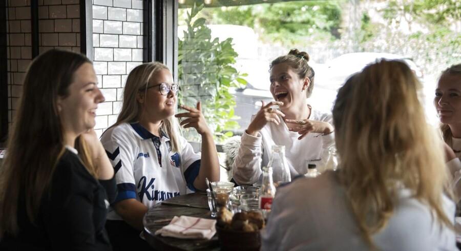 Emilie, Milla, Rebecca, Marie, Nisha og Mirka mødes til brunch forud for eftermiddagens kamp mellem yndlingsholdet FC København og Brøndby. De er medlemmer af fanklubben og ser alle de hjemme- og udekampe, de kan.