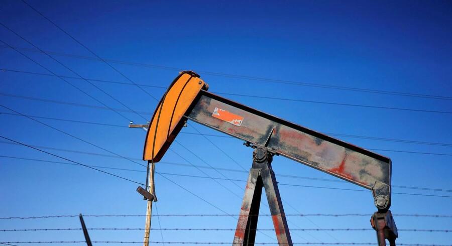 Oliepriserne stiger torsdag efter fald i de amerikanske råolielagre og de forventede forsyningssvigt fra Iran og Venezuela.