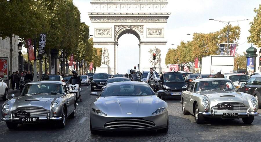 Aston Martin-biler på Champs Elysee i Paris i 2015 forbindelse med premieren på James Bond-filmen Sprectre. Nu skal mærket børsnoteres i London. (Foto: Alain JOCARD / AFP)