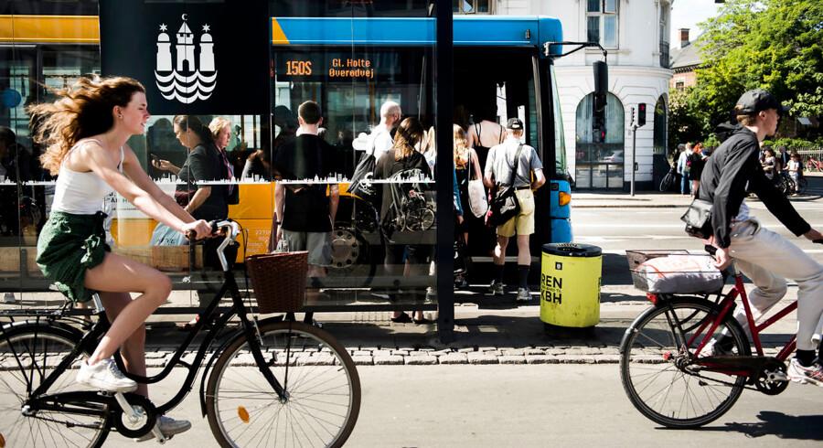 Rejseplanen viser 35 millioner rejser om måneden. På de travleste rejsedage stiger det med op med 30 procent, når der er uforudsete hindringer for trafikken. Det nye tiltag vil skabe flere valgmuligheder, så en forsinkelse på togtrafikken ikke udelukker, at du kommer frem til tiden. Så vil du få oplyst, hvis det er hurtigere fx at tage et lift med samkørselstjenesten GoMore. Arkivfoto: Anne Bæk