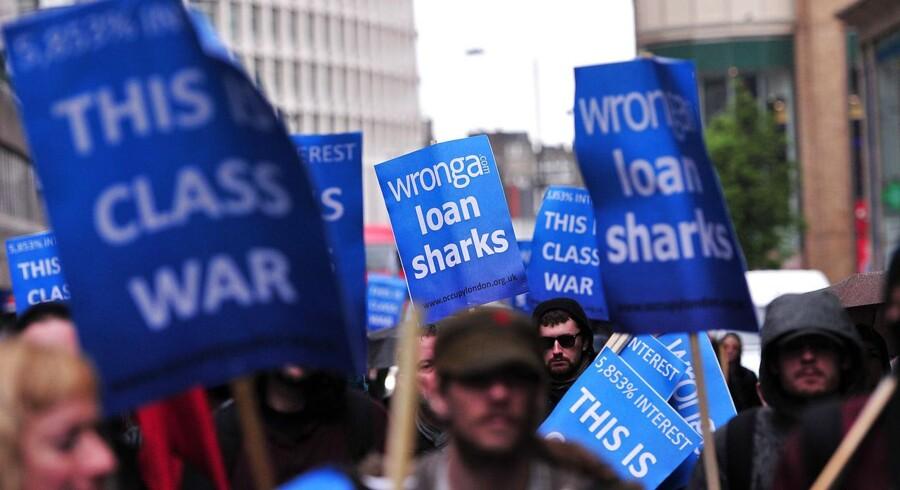 Britiske demonstranter er tidligere gået til kamp mod udlånsselskabet Wonga. Arkivfoto fra maj 2014. (AFP PHOTO/CARL COURT/Ritzau Scanpix)