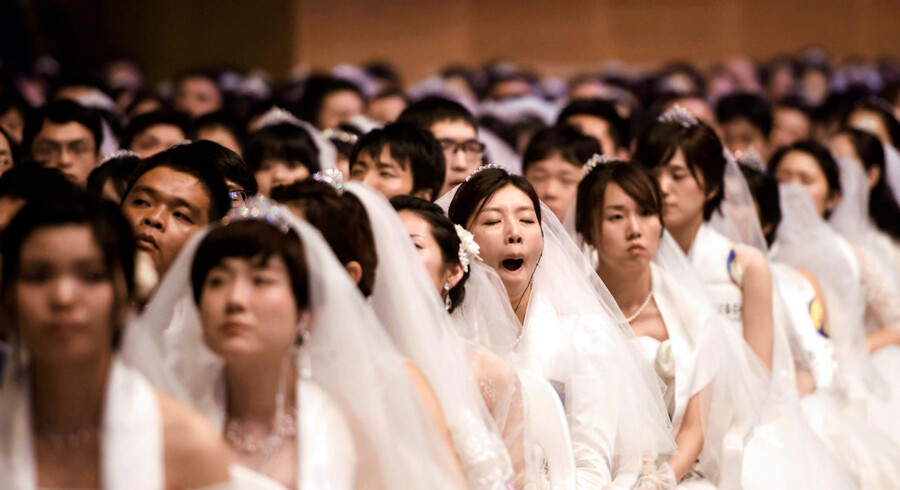 Tusindvis af unge par deltager i et massebryllup i Gapyeong i Sydkorea. Massebrylluppet markerer samtidig, at det er seks år siden Moon-bevægelsens leder, Sun Myong-moon afgik ved døden.