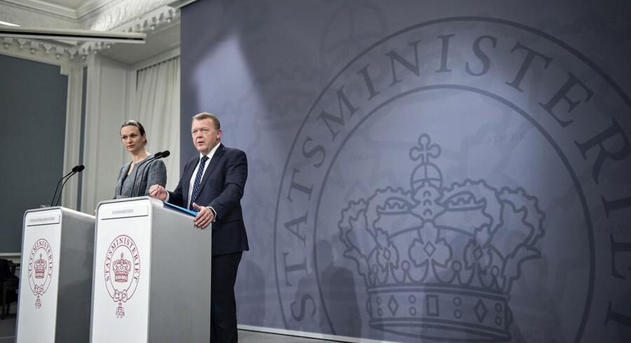 Statsminister Lars Løkke Rasmussen (V) og undervisningsminister Merete Riisager (LA) kæmper begge for at få flere til at tage en erhvervsuddannelse. Men siden seneste reform i 2014 er antallet af elever faldet voldsomt.