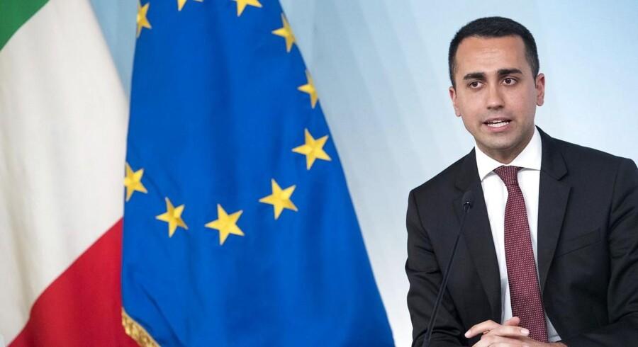 Luigi Di Maio var flankeret af både den italienske trikolore og EU-flaget, da han tidligere på måneden præsenterede et indgreb mod politikernes privilegier. Men det europæiske samarbejde svigter sine principper om solidaritet i migrationspolitikken, hævder vicepremierministeren.