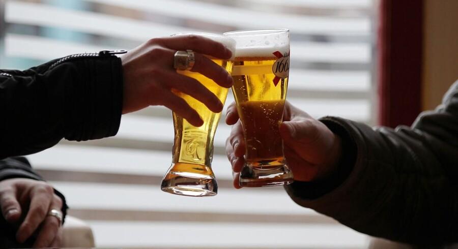 To mænd i Frankrig drikker en øl sammen.
