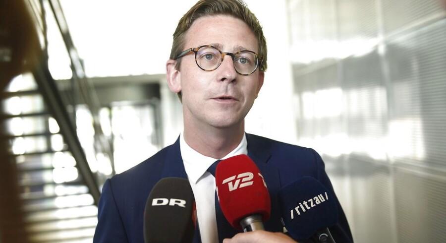 Skatteminister Karsten Lauritzen (V) har sammen med et flertal i Folketinget taget næste skridt i sin plan for at rydde ud i det, han betegner som »gakkede« afgifter.