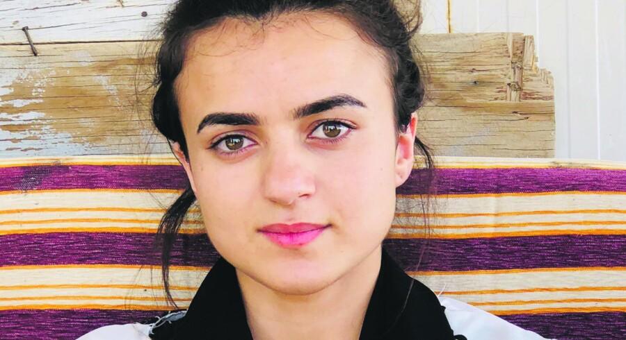 Ashwaq Haji Hamid (t.h.) - blev solgt som sexslave til IS-kriger og voldtaget hver dag i ti uger. Hendes 15 års fødselsdag var ingen undtagelse. Søsteren Wiam (t.v.) gik fri. FOTO: ALLAN SØRENSEN