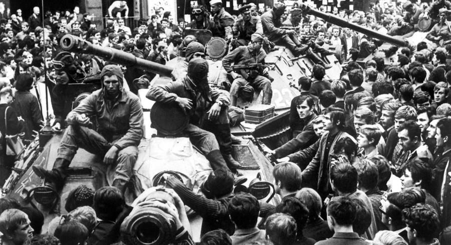 Prags borgere blev omringet af tanks, da Sovjetunionen invaderede Tjekkoslovakiet i 1968.