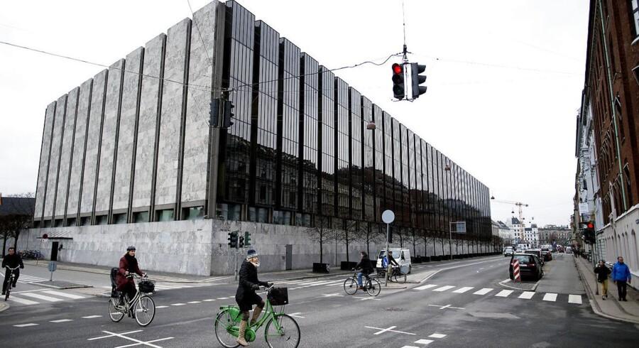 Nationalbanken opfordrer på ny til at få bygget et mere solidt forsvarsværk i den danske finanssektor, mens der fortsat er økonomisk gode tider. Denne gang er det realkreditsektoren, som Nationalbanken vil sætte fokus på, for at undgå at skatteyderne skal have penge op af lommen, når den næste krise rammer.