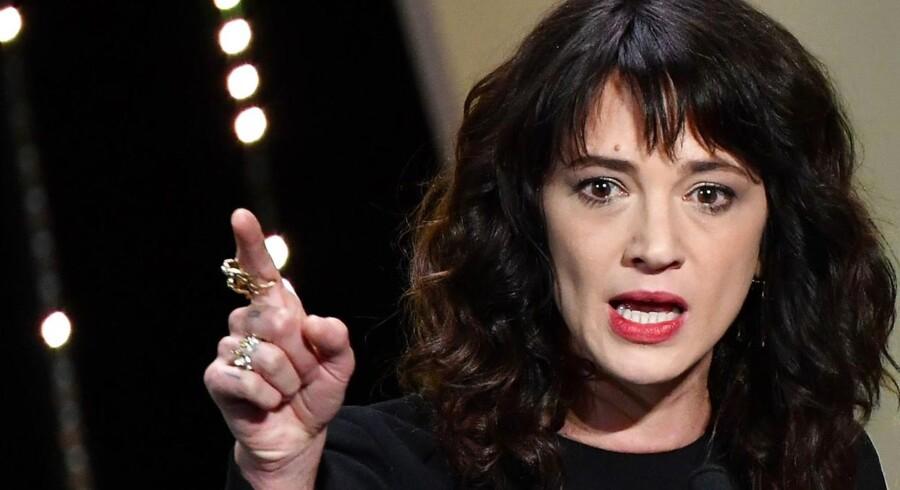 Italienske Asia Argento afviser anklager om, at hun skulle have forgrebet sig på en ung mand, men har dog indvilliget i at betale ham penge.