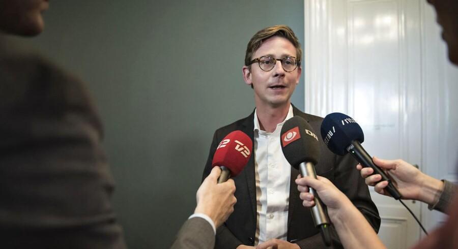 For første gang nogensinde lægger Rigsrevisionen op til at tage forbehold for hele Skats regnskab i det samlede statsregnskab. Enhedslisten har nu kaldt skatteminister Karsten Lauritzen (V) i samråd om sagen.
