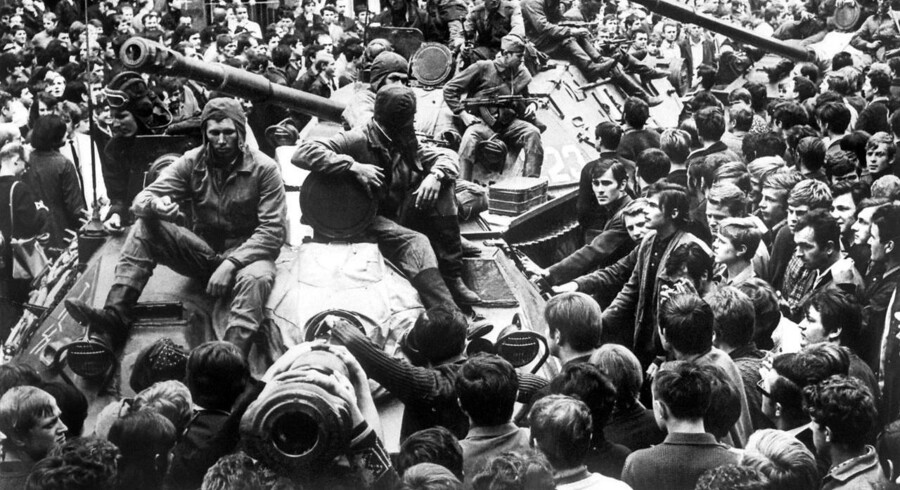 Natten til 21. august 1968 indvaderede Sovjetunionen Tjekkoslovakiet. Her stopper borgere i Prag sovjetiske kampvognes fremrykning.