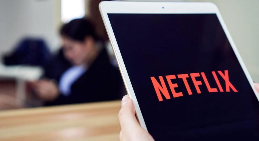 Mange deler adgangskoden til f.eks. Netflix med familie og venner, som dermed slipper for selv at betale abonnement. Arkivfoto: Scanpix