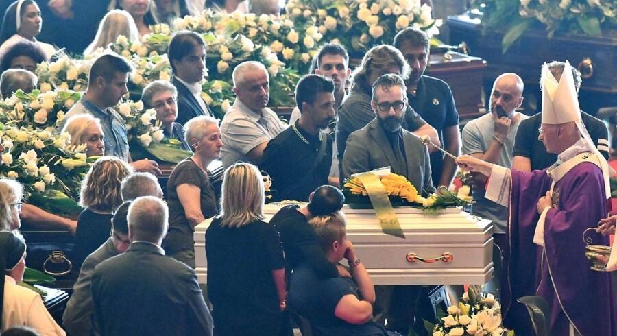 Ærkebiskoppen af Genoa, kardinal Angelo Bagnasco velsigner en kiste, der indholder en af de afdøde fra det tragiske brokallaps, hvor over 40 mennesker mistede livet.