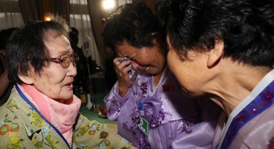 Familiemedlemmer fra Nord- og Sydkorea mødes for første, siden deres fødeland blev splittet i to med Koreakrigen i 50'erne. Handout/Reuters