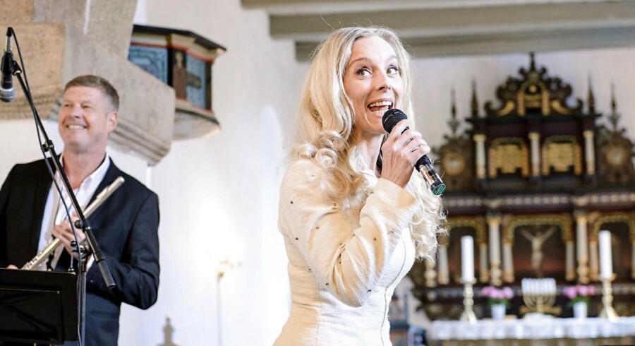 Lene Siel har et stort religiøst repertoire, hvor især »Du, som har tændt millioner af stjerner« er blevet populær. Her er hun ved en kirkekoncert i 2013 i Stauning Kirke. Foto: Jørn Deleuran/Ritzau Scanpix.