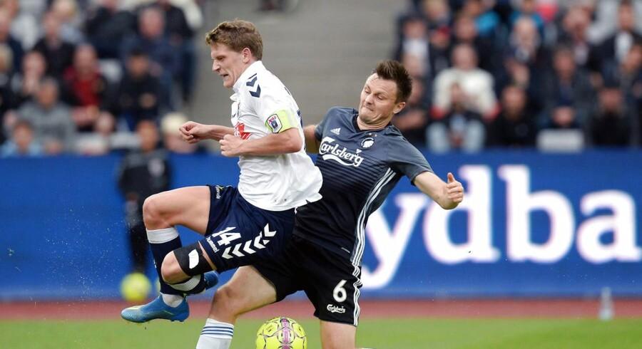 Jens Stage, AGF (14) og William Kvist, FC København kæmper om bolden i Superligakampen mellem AGF og FC København i Aarhus søndag den 19. august 2018.